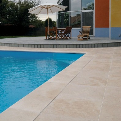 Carrelage en travertin antid rapant pour terrasse plage for Plage piscine carrelage