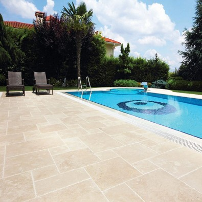 Carrelage silk antique en travertin adoucie pour terrasse for Carrelage pour piscine exterieur