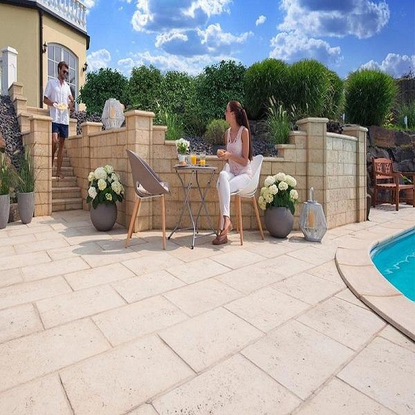 Dalle terrasse pose sur plot en pierre naturelle de travertin