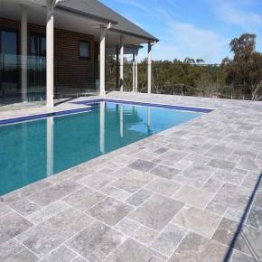Carrelage extérieur en pierre travertin de caractère pour terrasse