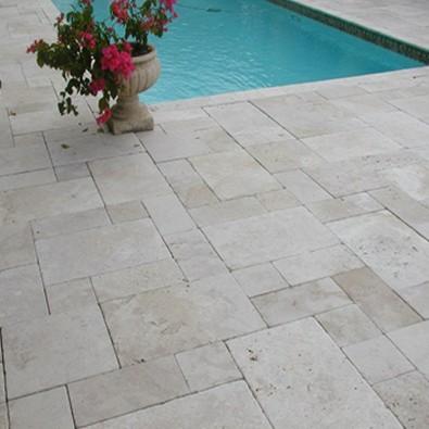 carrelage Magma beige clair, en travertin opus romain pour terrasse plage piscine