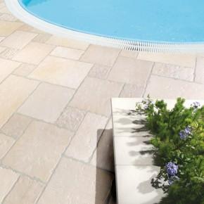 Carrelage Balta rustique, en travertin opus romain vieilli pour terrasse plage piscine