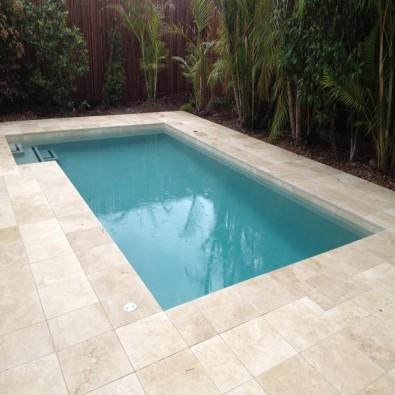 Dalle Bella, pierre naturelle travertin 60 x 40 adoucie pour terrasse piscine
