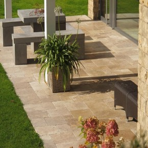 Dalle Aqua, en travertin opus multiformat beige adouci